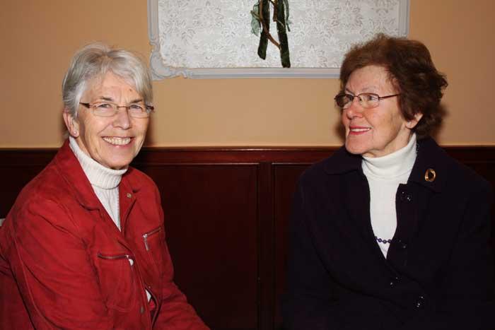Die Frauen haben immer etwas zu berichten, hier Marianne Cors und Frau ...